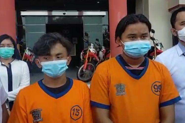Dua tersangka kasus pengeroyokan terhadap Muhammad Vito Zakaria hingga tewas di kamar kos di Surabaya dihadirkan polisi saat rilis di Mapolrestabes Surabaya, Senin (24/5/2021).