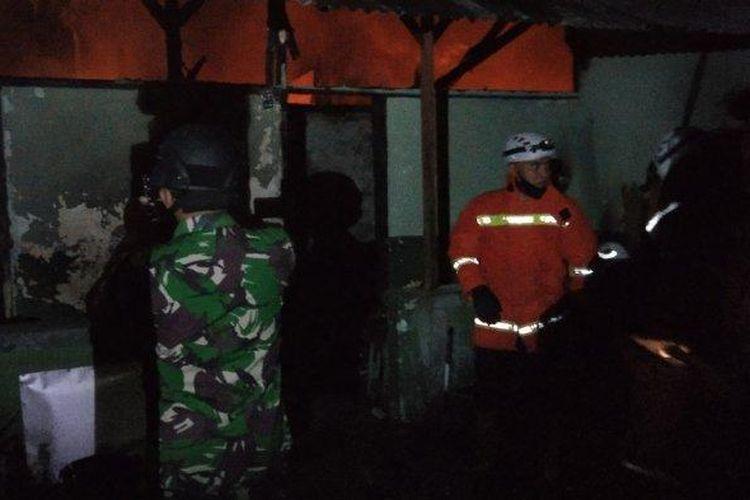 Kebakaran melanda asrama Kodam IV/Diponegoro RT 04 rw 05 Kelurahan Jatingaleh kecamatan Candisari, Semarang, Rabu (7/7/2021). Api masih menyala dan petugas kebakaran masih berusaha memadamkan.