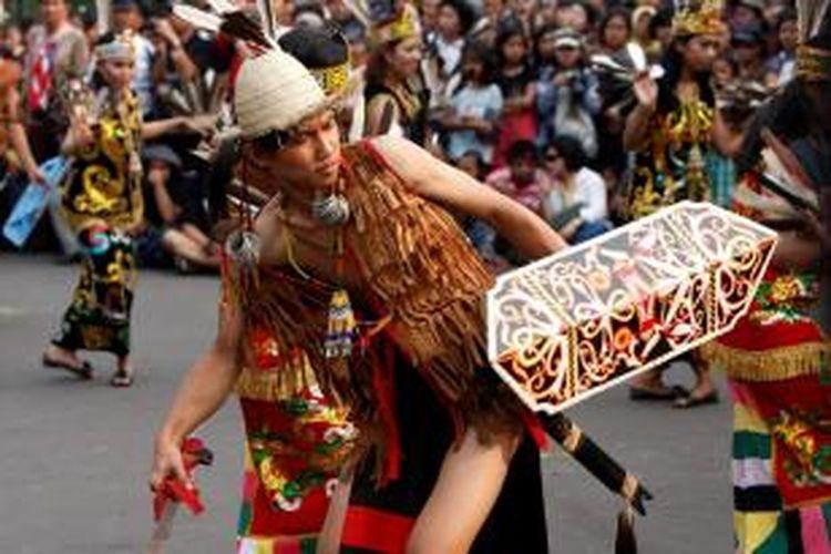 ILUSTRASI - Peserta karnaval dari Provinsi Kalimantan Timur memeriahkan Jember Fashion Carnival di TMII, Jakarta, Minggu (25/4/2010). Selain menampilkan peragaan busana dari Jember, karnaval ini juga dimeriahkan oleh atraksi budaya dari beberapa provinsi di Indonesia.