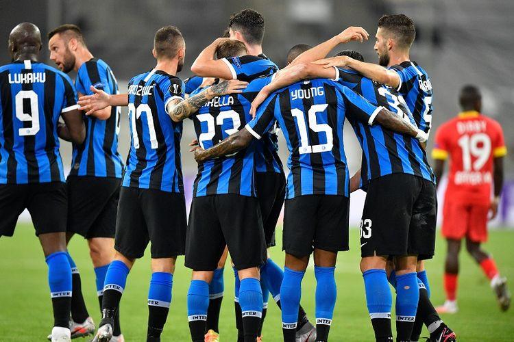 Gelandang Inter Milan Nicolo Barella (tengah) merayakan gol bersama rekan-rekan setimnya dalam pertandingan perempat final Liga Europa Inter vs Leverkusen di Duesseldorf Arena pada 10 Agustus 2020.