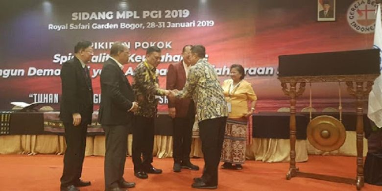Menteri Agama Lukman Hakim bersalaman dengan Gubernur Sulawesi Utara Olly Dondokambey yang juga Ketua Forum Komunikasi Pria Kaum Bapa Persekutuan Gereja-Gereja di Indonesia (FK-PKB PGI).