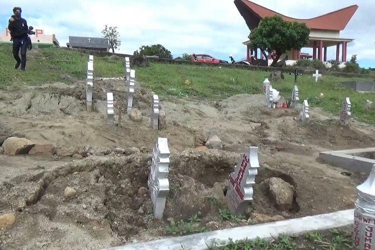 Belasan makam di Pekuburan Khusus Covid-19 Parepare amblas sampai terlihat petinya, diperkirakan akibat hujan deras.