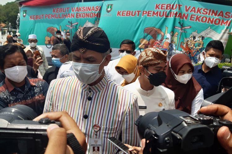 Gubernur Jateng Ganjar Pranowo dan Wali Kota Solo Gibran Rakabuming Raka meninjau vaksinasi pedagang di Pasar Klewer Solo, Jawa Tengah, Kamis (4/3/2021).