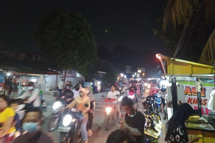 Sederet pedagang yang masih beroperasi di atas pukul 19.00 WIB di sisi selatan Pasar Malabar, Cibodas, Kota Tangerang, Banten, Kamis (21/1/2021) sekitar pukul 20.00 WIB.