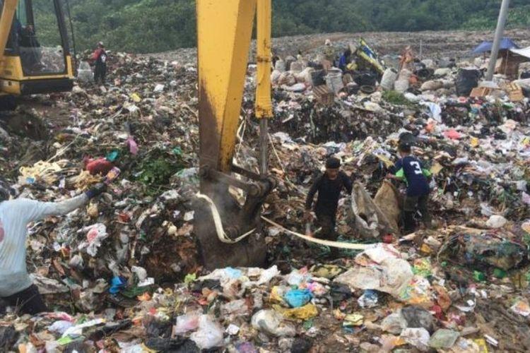 Para pemulung sedang memilih sampah plastik di sebuah TPA.