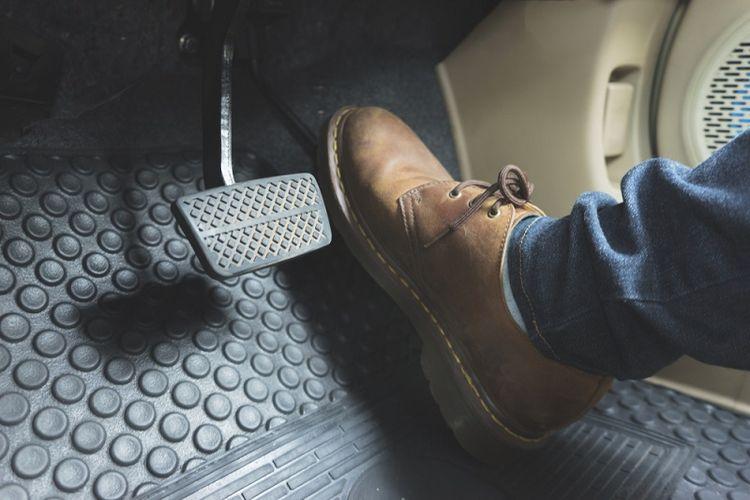 Ilustrasi posisi kaki di mobil