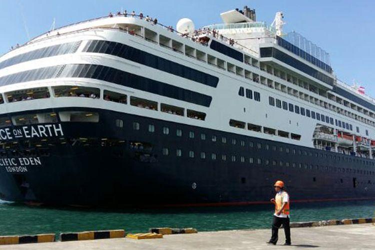 Kapal Pesiar Pacific Eden tiba di Pelabuhan Benoa, Bali, Kamis (13/4/2017).