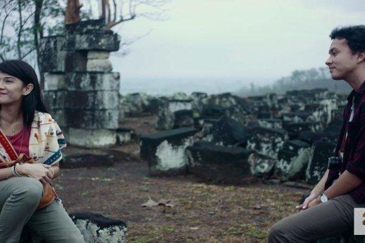 Salah satu adegan di film AADC2, Cinta bersama Rangga duduk di Candi Ratu Boko.
