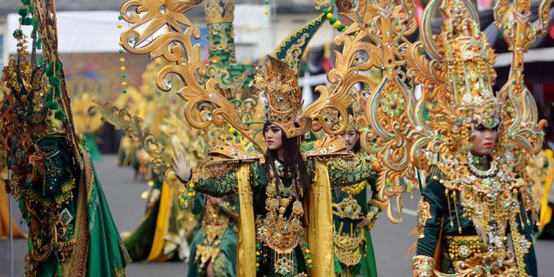 Peserta mengenakan kostum Sriwijaya saat tampil di Jember Fashion Carnaval (JFC) ke-16 di Jember, Jawa Timur, Minggu (13/8/2017). JFC ke-16 bertema Victory atau Kemenangan menampilkan delapan defile yang kostumnya pernah memenangkan kostum terbaik di sejumlah kontes dunia, seperti kostum Borobudur, Bali, dan Borneo.