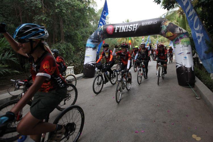 Para peserta Jelajah Sepeda Flores ketika finish mengakhiri jelajah di Labuan Bajo, NTT, Kamis (17/8/2017). Jelajah selama enam hari tersebut dimulai dari Maumere.