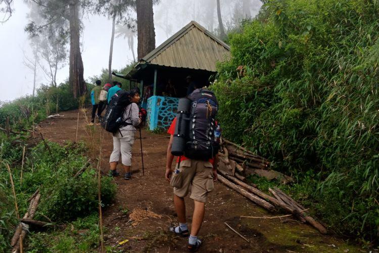 Suasana pendaki yang beristirahat di pos tiga pendakian Gunung Semeru, Kabupaten Lumajang, Jawa Timur, Sabtu (7/4/2018).
