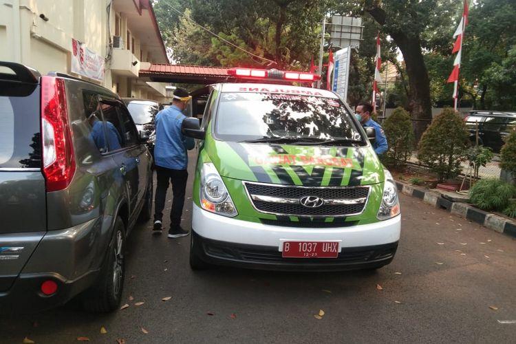 Mobil ambulans mengevakuasi laki-laki berinisial KS (70) yang meninggal dunia di halaman parkir Gereja Baptis Indonesia Kebayoran, Jl. Tirtayasa Raya, No.1, Melawai, Keb Baru Jakarta pada Minggu (30/8/2020) sekitar pukul 14.50 WIB.