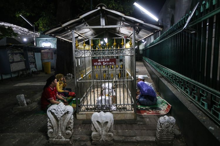 Umat islam saat berziarah di Makam Sunan Ampel, Surabaya, Jawa Timur, Rabu (16/5/2018). Pemerintah menetapkan bahwa 1 Ramadhan 1439 Hijriah jatuh pada Kamis (17/5/2018).
