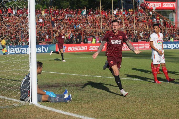 Aaron Evans merayakan golnya pada pertandingan final Piala Indonesia 2019 yang mempertemukan PSM Makassar vs Persija Jakarta di Stadiom Mattoangin, 6 Agustus 2019.