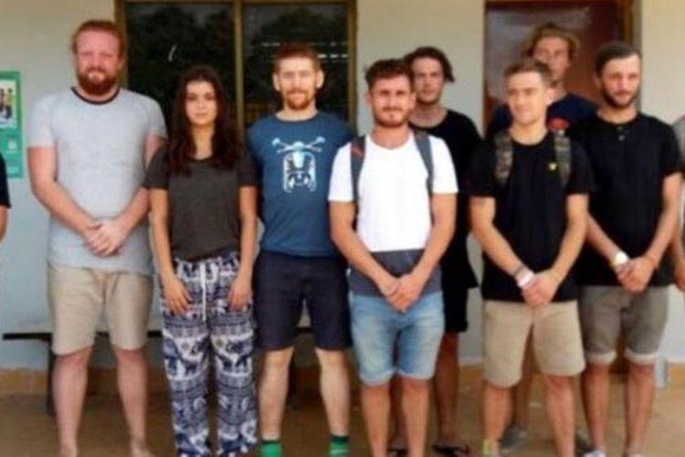 Polisi Kamboja telah mempublikasikan foto 10 orang asing tersebut.  (BBC)