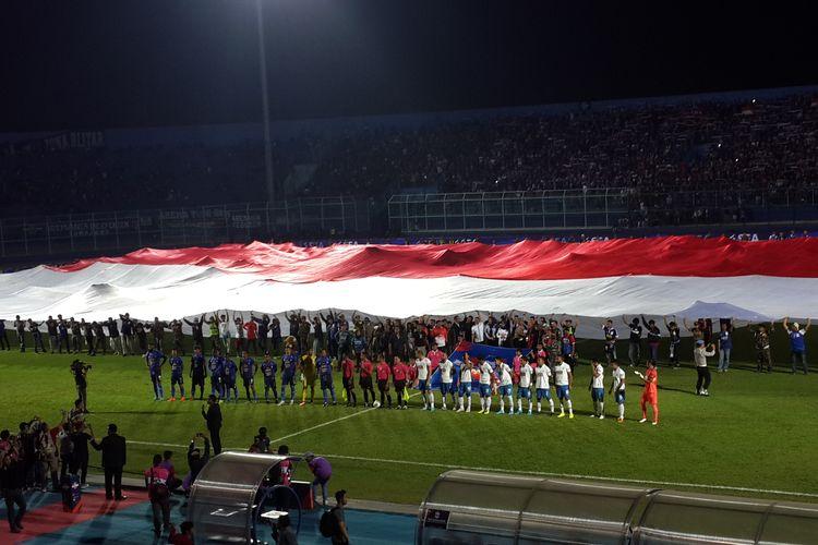 Merah Putih raksasa membentang di Stadion Kanjuruhan, Kabupaten Malang menyambut laga Arema FC versus PSIS Semarang, Sabtu (31/8/2019).