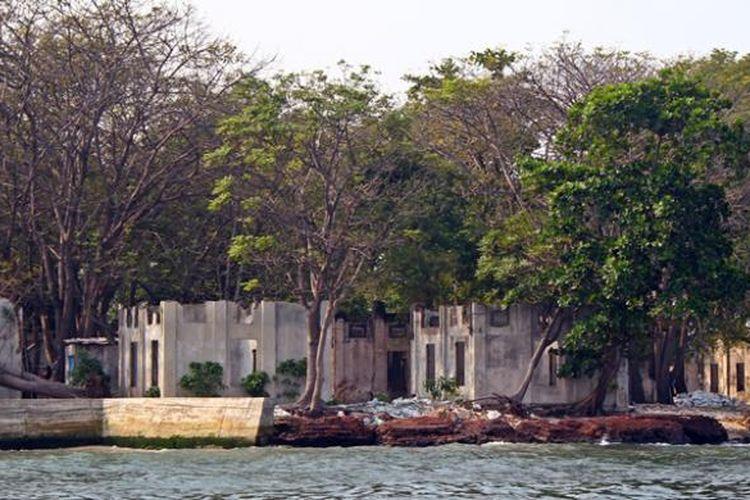 Sisa Reruntuhan bangunan yang dibangun VOC pada masa penjajahan Belanda di Pulau Cipir atau yang lebih dikenal dengan nama Pulau Kahyangan di Kepulauan Seribu.