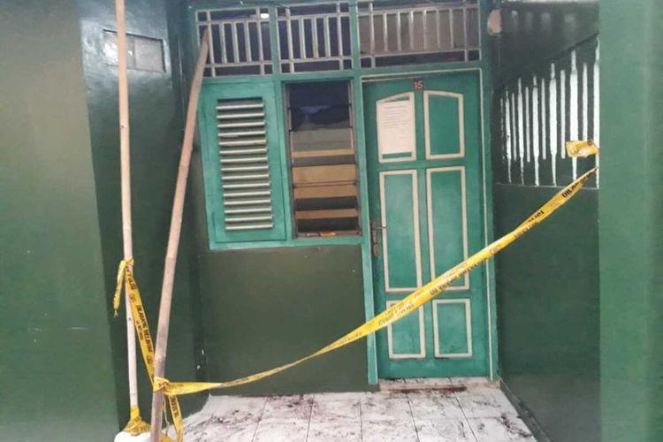 Proses evakuasi seorang Sales Promotion Girl (SPG) berinisial RF yang ditemukan tewas di kamar kosnya di Kelurahan Jetis, Kabupaten Blora, Jawa Tengah, Selasa (12/5/2020) siang.