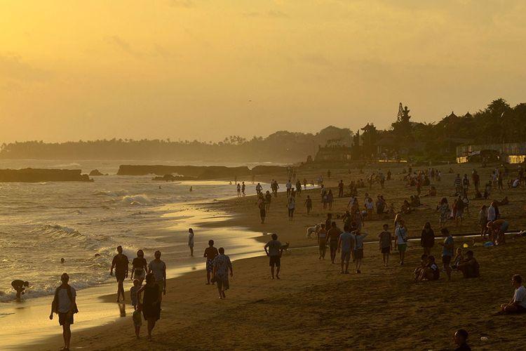 Foto dirilis Minggu (20/9/2020), memperlihatkan sejumlah wisatawan menikmati suasana senja di pantai setelah dibukanya pariwisata untuk wisatawan domestik di Pantai Pererenan, Badung. Keseriusan penerapan berbagai protokol kesehatan di Bali ditargetkan dapat menekan angka penyebaran Covid-19 sehingga mampu membangun kepercayaan wisatawan untuk mengunjungi Pulau Dewata kembali.