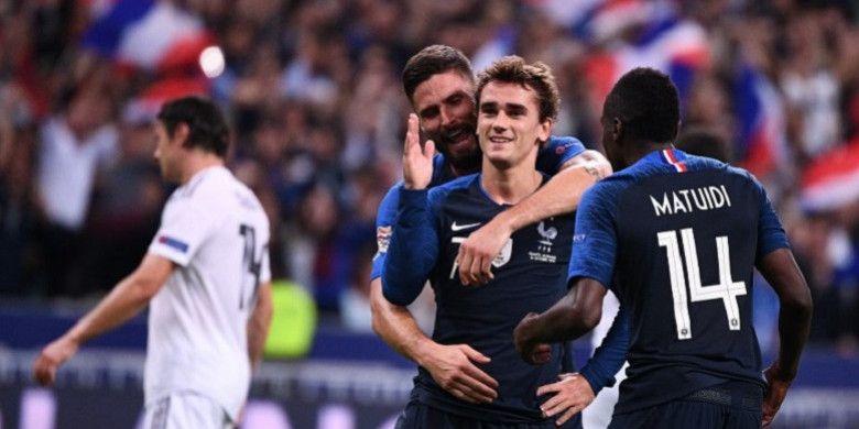 Bersama Blaise Matuidi (kanan) dan Olivier Giroud, (kedua dari kiri), striker timnas Prancis, Antoine Griezmann, merayakan gol yang dicetaknya lewat titik putih ke gawang Jerman saat kedua tim bertemu di UEFA Nations League di Stade de France, Saint-Denis, Prancis pada 16 Oktober 2018.
