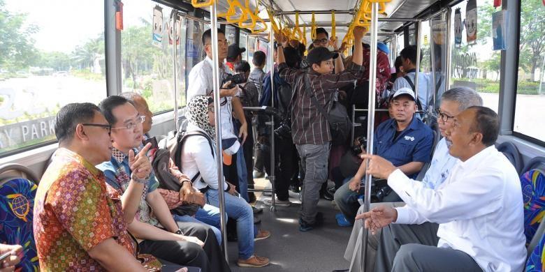 Direktur Utama PT Summarecon Agung Tbk didampingi Direktur Utama PT Transportasi Jakarta Budi Kaliwono mencoba bis Transjakarta trase Summarecon Bekasi-Jakarta, Rabu (16/11/2016).