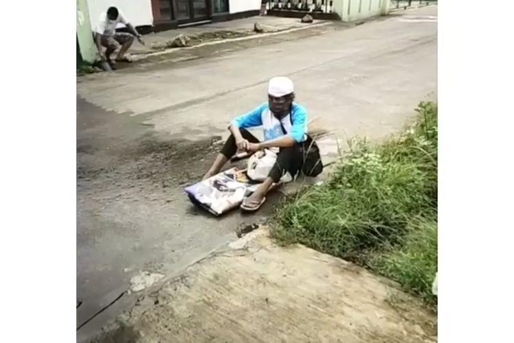 Tangkapan layar video seorang pria diduga terinfeksi Covid-19 yang berkeliaran di kawasan Cilodong, Depok, Jawa Barat.