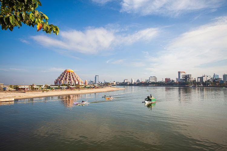 Tempat wisata di Makassar bernama Pantai Losari.