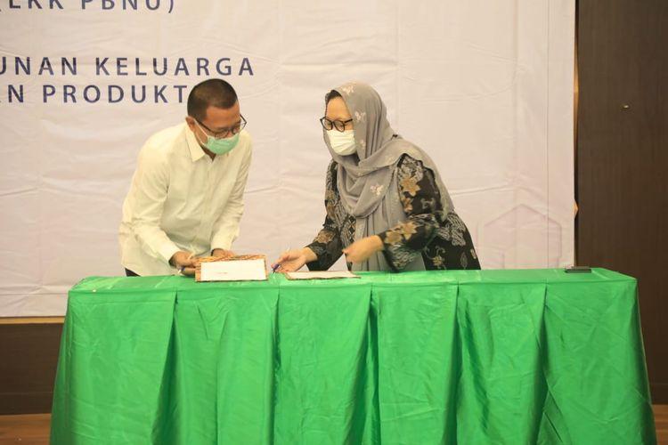 Direktorat Jenderal (Dirjen) Binapenta & PKK Suhartono (kiri) dan Sekretaris Jenderal (Sekjen) Pengurus Besar LKKNU Alissa Wahid saat menandatangani nota kesepahaman (MoU) di Ruang Tri Dharma, Kemnaker, Jakarta, Senin (10/5/2021).