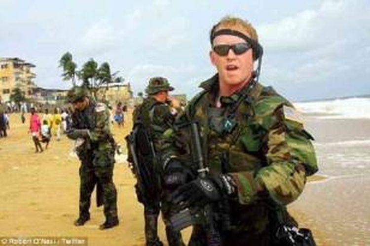 Sebuah foto langka Rob O'Neill saat bertugas yang menunjukkan dia mengenakan seragam militer di Liberia, di mana Angkatan Laut AS terlibat dalam operasi untuk menstabilkan negara yang dilanda perang itu.
