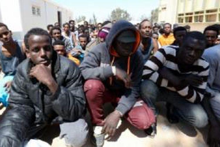 Migran Afrika di pusat migran gelap Misrata, setelah diselamatkan di lepas pantai Libya.