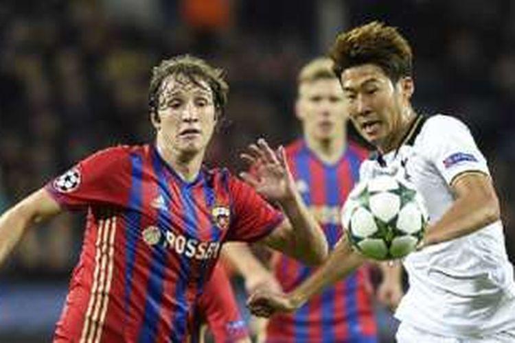 Penyerang Tottenham, Son Heung-min, mendapatkan pengawalan dari bek CSKA Moskva asal Brasil, Mario Fernandes, pada pertandingan Liga Champions di CSKA Arena, Selasa (27/9/2016).