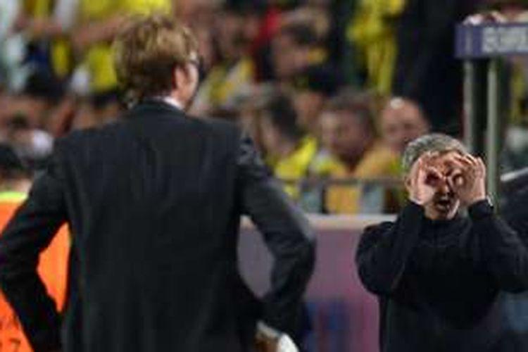 Juergen Klopp dan Jose Mourinho bertemu saat Borussia Dortmund melawan Real Madrid pada partai semifinal Liga Champions di Signal Iduna Park, 24 April 2013.