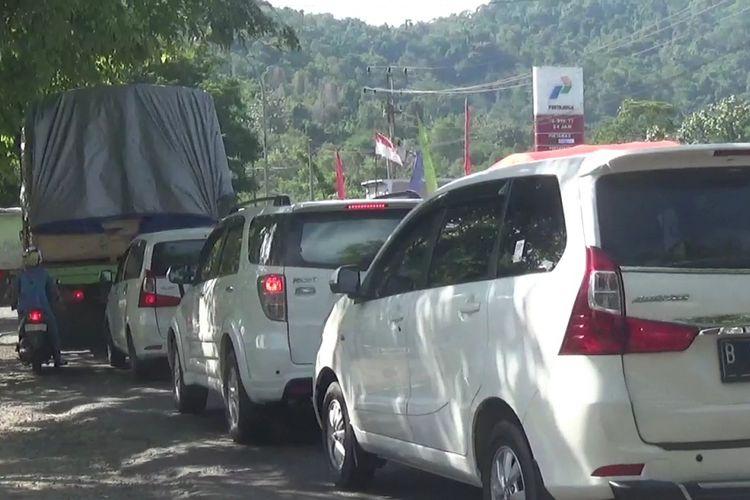 Kendaraan mengular dari dalam hingga depan SPBU Sampoddo, kecamatan wara selatan, kota palopo dan menyebabkan kemacetan. Kamis (22/11/2018)