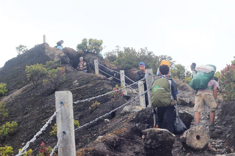 Pengelola Taman Nasional Gunung Gede Pangrango (TNGGP) Jawa Barat akan menutup kegiatan pendakian sepanjang Agustus mendatang menyusul cuaca diprediksi akan ekstrem