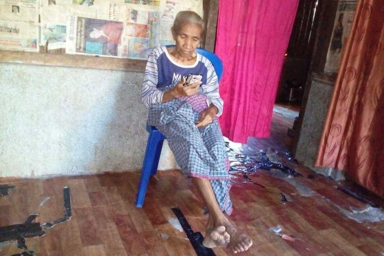 Carolina Bait Lake (70) sedang berbicara dengan putrinya Rosa Abi melalui panggilan video di ponsel. Anaknya bekerja sebagai PMI di Malaysia