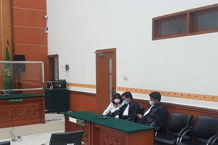 Vanessa Angel (kiri) di Pengadilan Negeri Jakarta Barat, saat sidang pembacaan putusan vonis, pada Kamis (5/11/2020).