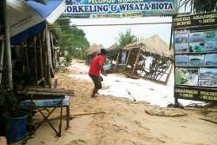 Gasebo di pinggir pantai Sadranan Gunungkidul nyaris ambruk terkena ombak