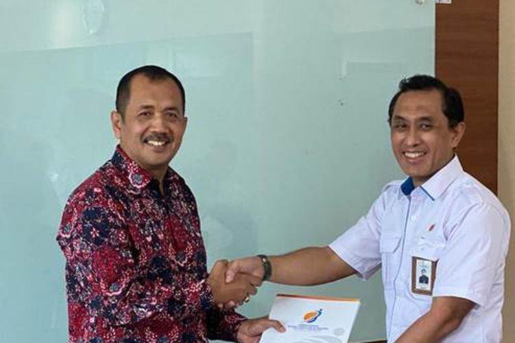 Suryo Eko Hadianto (kiri) ketika menerima SK pengangkatan  sebagai Direktur Transformasi Bisnis MIND ID dari Plt Deputi Pertambangan, Industri Strategis, dan Media Kementerian BUMN Heri Purnomo.