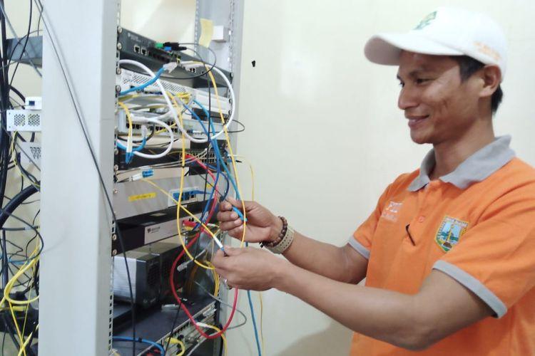 Kepala Desa Kadirejo Riyadi memeriksa server jaringan Pusaka