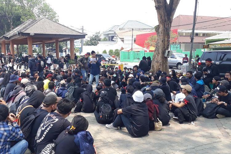 Para mahasiswa asal Bekasi, Jawa Barat, mengenakan pakaian dan atribut serba hitam menuju Gedung DPR/MPR, Jakarta Pusat, Selasa (24/9/2019). Mereka hendak ikut dalam aksi menolak revisi UU KPK.