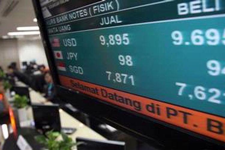 Layar televisi yang menunjukkan kurs mata uang di Bank BNI Jakarta, Selasa (28/5/2013). Berdasar kurs tengah Bank Indonesia, rupiah ditutup Rp 9.810 per dollar Amerika atau melemah dibanding sehari sebelumnya Rp 9.792.