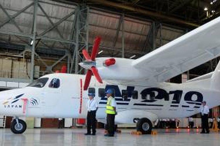 Pesawat turboprop N219 saat di-roll-out di hangar PT Dirgantara Indonesia (PT DI) di Bandung, Jawa Barat, Kamis (10/12/2015).