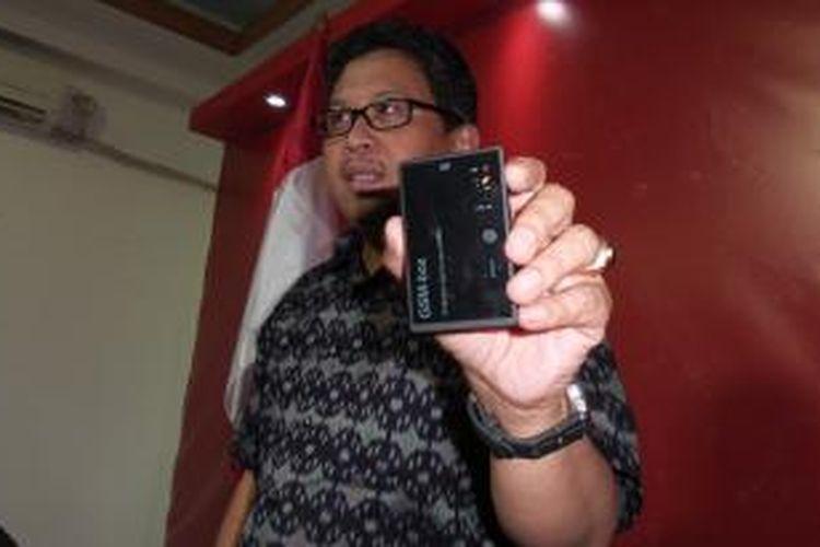 Pelaksana Tugas Sekretaris Jenderal PDI Perjuangan Hasto Kristianto memamerkan alat sadap di depan wartawan, Kamis (22/1/2014).