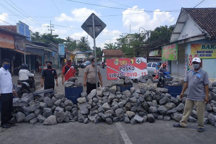 Polsek Semboro memblokir jalan dengan tumpukan batu di jalur alternafi masuk Jember di Desa Jatiroto Kecamatan Sumberbaru