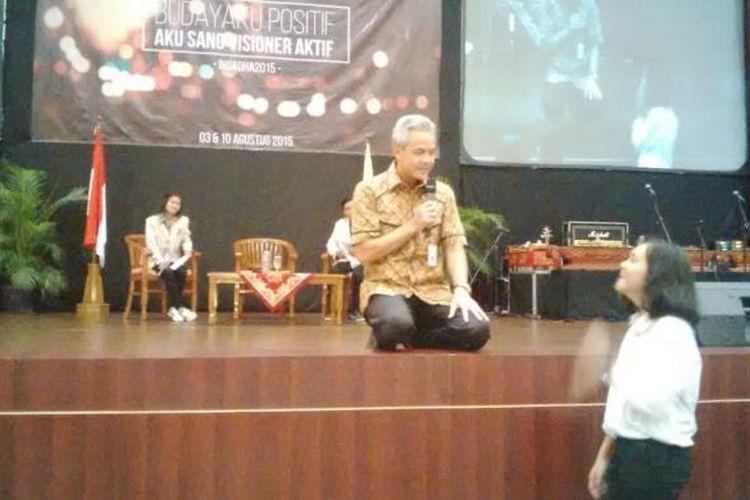 Ganjar Pranowo saat berdialog dengan mahasiswa baru Universitas Sanata Dharma (USD) Yogyakarta