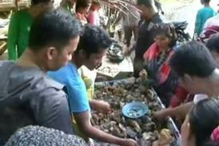 Jalan trans sulawesi sepanjang belasan kilometer di kecamatan Tapalang Mamuju disulap warha jadi pasart batu