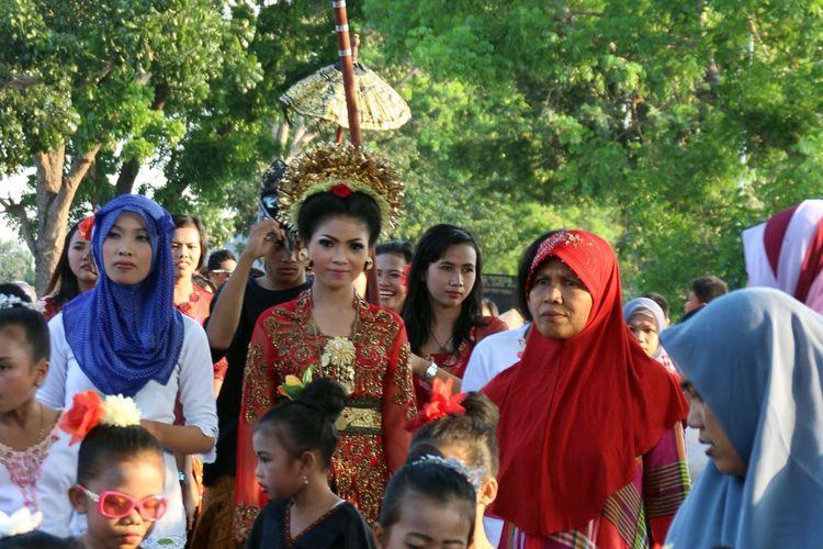 Ilustrasi pernikahan dalam Suku Sasak. Ini perupakan prosesi nyongkolan dalam merariq.