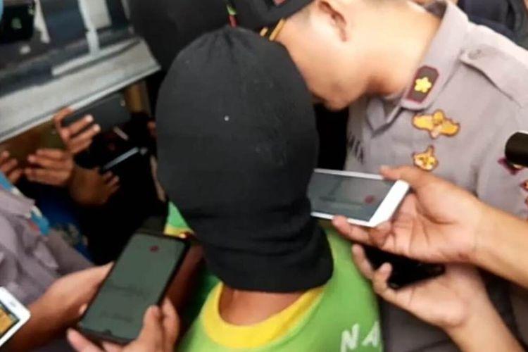 Polisi saat menginterogasi SF (57), pria paruh baya asal Naringgul, Kabupaten Cianjur, Jawa Barat yang membawa kabur gadis di bawah umur hingga menghamilinya.
