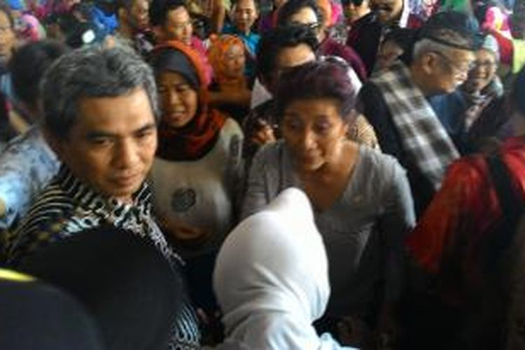 Menteri Kelautan dan Perikanan RI, Susi Pudjiastuti, bertemu dengan rekannya para nelayan saat menjadi pengepulikan di TPI Pangandaran dulu, Sabtu (1/11/2014).