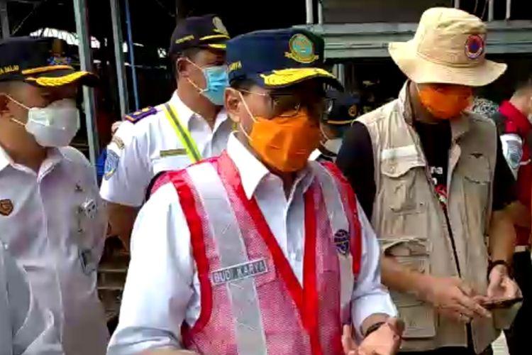 Menteri Perhubungan (Menhub) Budi Karya Sumadi meninjau lokasi yang terdampak banjir di Stasiun Tawang di Semarang pada Sabtu (7/2/2021).
